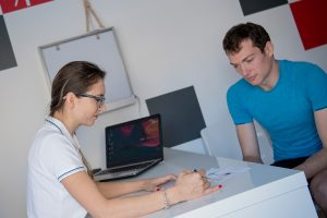 Dr. Mihaela Dobranici, medic sportiv, consultand un pacient