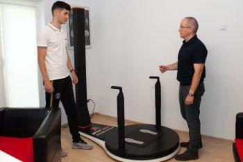 Specialisti discutand despre scanarea 3D