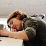 De ce apare oboseala după masa de prânz